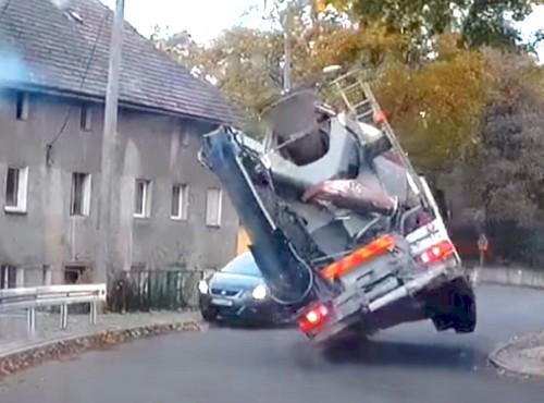 Oszukała śmierć! 30-tonowa betoniarka przewraca się na auto, wtedy dzieje się coś niezwykłego [FILM]