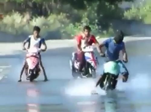 Drift skuterem w wodzie. Stunterskie popisy filipińskich dzieciaków