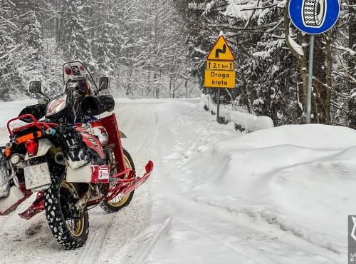 White Wolf Marco wjeżdża w zimie na Górę Żar 761 n.p.m. Można jeździć w zimie?