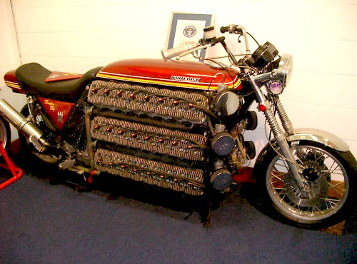 48 cylindrowy motocykl Kawasaki. Simon Whitelock i 4200 cm³ z 16. silników Kawasaki KH250