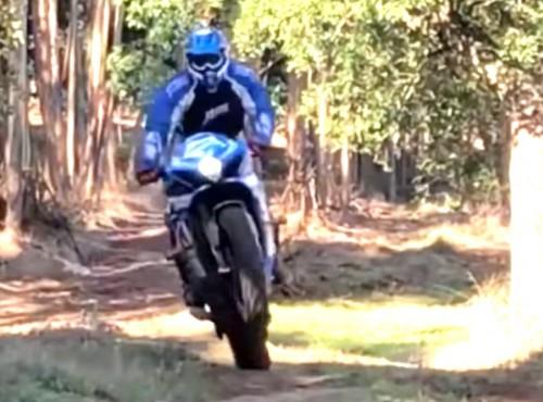 Suzuki GSX-R 1000 po torze motocrossowym i w offroadzie. Bo sezon w terenie się nie kończy!