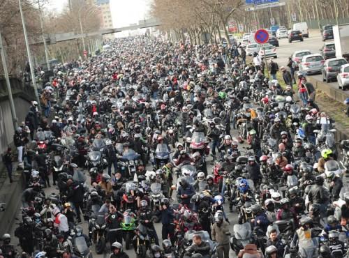 Masowe protesty motocyklistów we Francji. Przyczyną wprowadzenie zakazu poruszania się pomiędzy samochodami