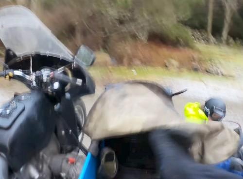 Ural z koszem gubi kierowcę i jedzie dalej - sprzęt nie do zatrzymania