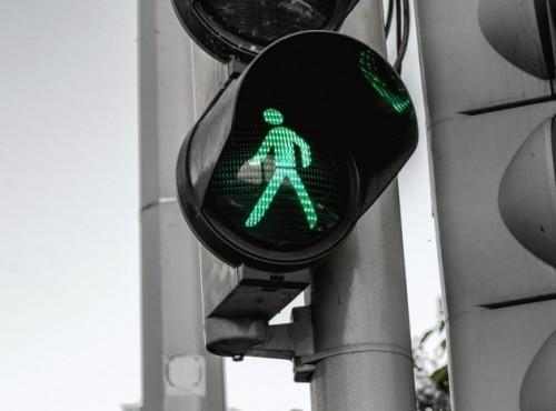 Korzystanie z urządzeń elektronicznych na przejściach dla pieszych będzie zabronione