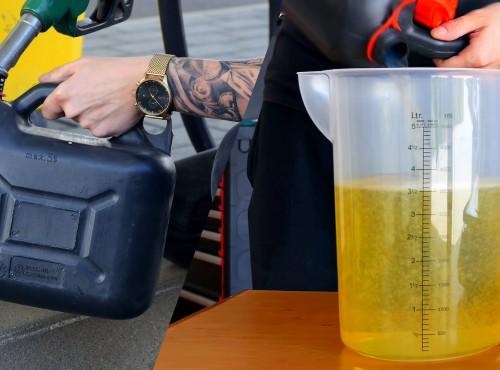Youtuber zatankował 4 litry na kilku stacjach. Sprawdził laboratoryjnie, ile było naprawdę w kanistrach