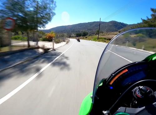 Kawasaki Ninja ZX10R kontra Aprilia Tuono V4 na drodze - onboard rodem z Tourist Trophy