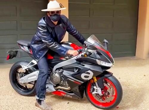 Orlando Bloom na Aprili RS 660. Cieszy się jak dziecko, że pojeździ nią po torze