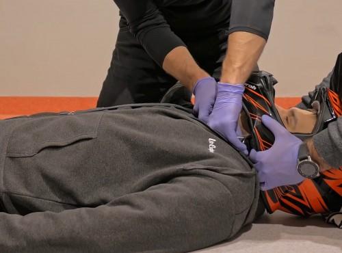 Kask motocyklowy przy udzielaniu pierwszej pomocy po wypadku. Ściągać, nie ściągać?