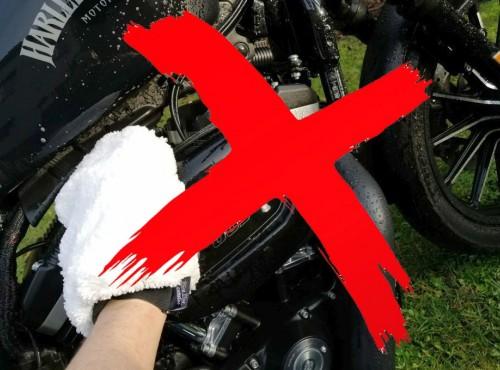 Mycie motocykla na własnej posesji jest zabronione. Jaka kara grozi za ten czyn?