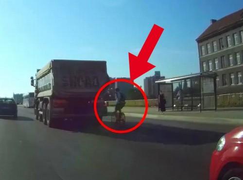 Rowerzysta z Gdańska uczepił się ciężarówki i pędził jak szalony. Zabrakło mu wyobraźni, mógł zrobić krzywdę sobie i innym