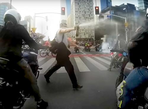 Atak gazem na motocyklistów. Nagranie z Warszawy, z Ronda ONZ