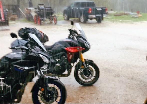 Zimny jesienny deszcz - 7 patentów na przetrwanie