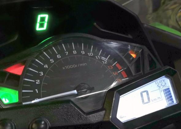 Wyświetlacz biegów w motocyklu Kawasaki Ninja 300 - czy można dodać? Jak zamontować samemu?