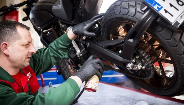 Jak dbać o łańcuch w motocyklu, czyli ABC zestawu napędowego