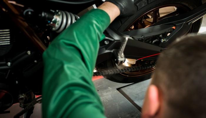 Jak smarować motocyklowy łańcuch napędowy - 5 sposobów