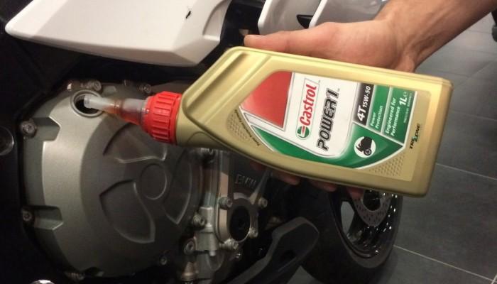 Kiedy wymienić olej w silniku motocykla? Przed zimowaniem, czy przed sezonem?