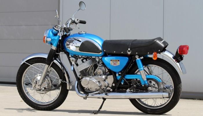 Kawasaki A7 Avenge lewy bok z