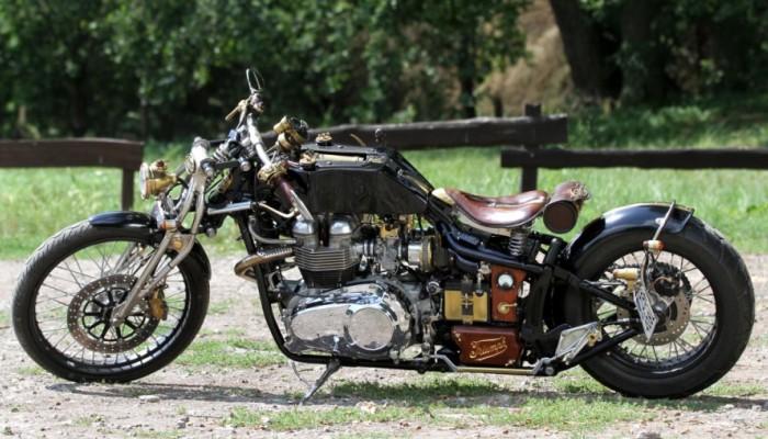 18 Triumph Bonneville America na lonie natury z