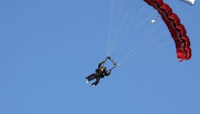200 km/h - motocykl kontra spadochron