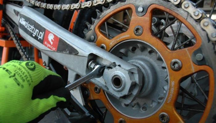 Wymiana zestawu napędowego w motocyklu offroadowym