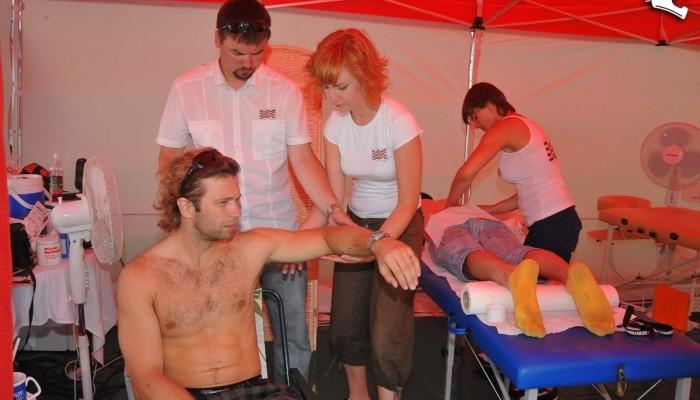 Fizjoterapeutyczna Opieka Zawodnika - plasterek, masażyk i na motocykl