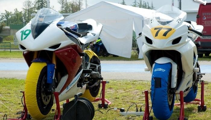 Motocyklista amator na torze - jak to ugryźć