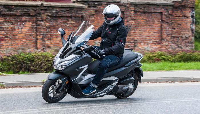 Honda Forza 300 2019 - pakiet biznes w klasie średniej [TEST]