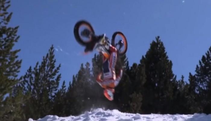 Toni Bou jeździ trialówką po... śniegu