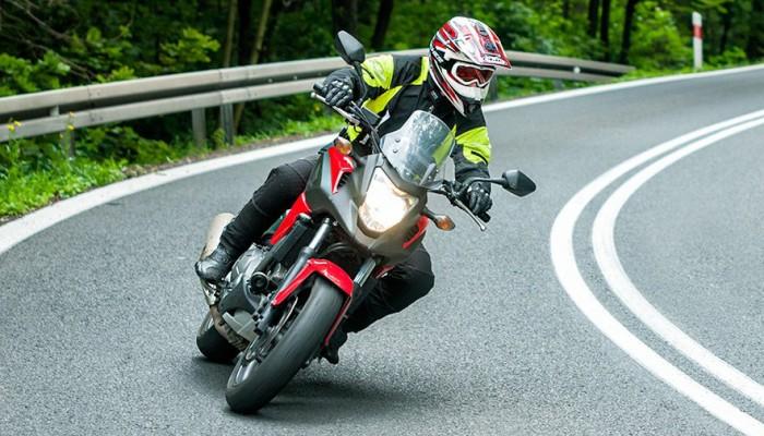 Jak bezpiecznie jeździć motocyklem: Pięć powodów dla których wciąż krążymy wokół komina