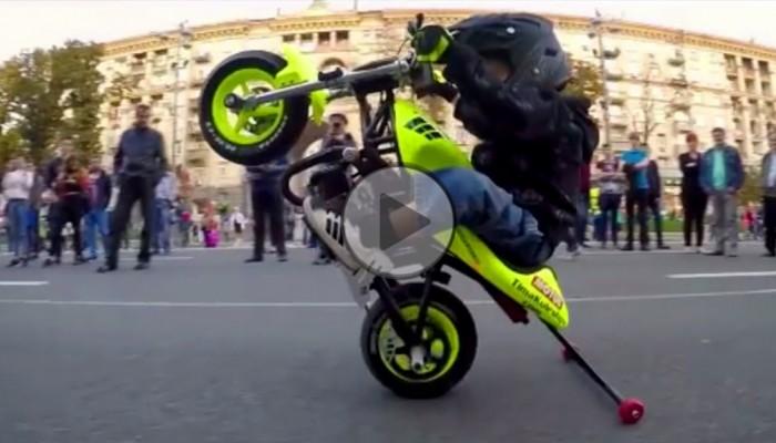 Dziecko na motocyklu: Czyżby przyszły mistrz MotoGP?