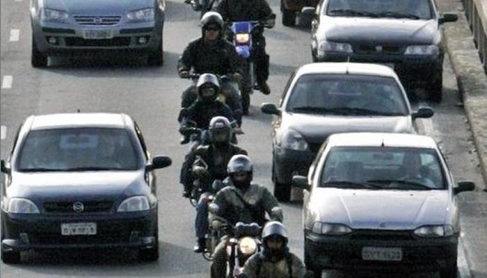 Motocyklisci w korku z