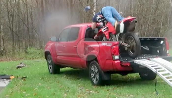 Rozbija motocykl o pickupa - parkowanie z saltem