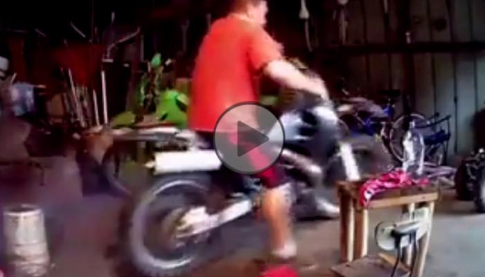 Zdecydowanie nieszczęśliwe pierwsze odpalenie motocykla po remoncie
