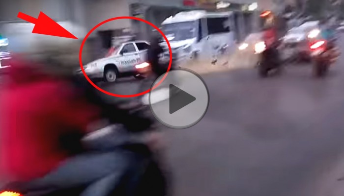 Radiowóz koziołkuje po zderzeniu z motocyklem - to Ukraina
