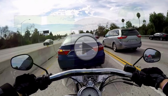 Nietypowe zderzenie motocykla z samochodem