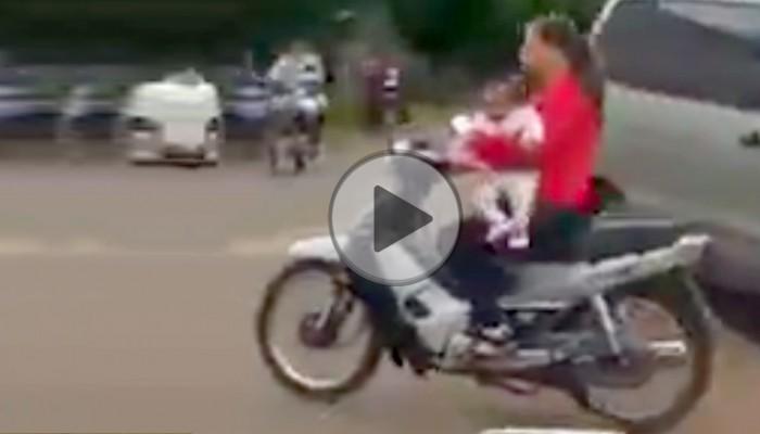 Matka bez kasku z dzieckiem pod ręką ulega wypadkowi na skuterze