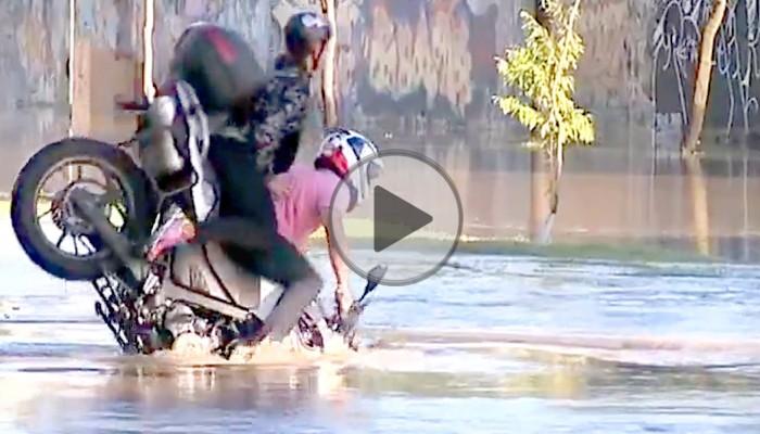 Motocyklista z pasażerką tonie w kałuży - BMW GS kontra powódź