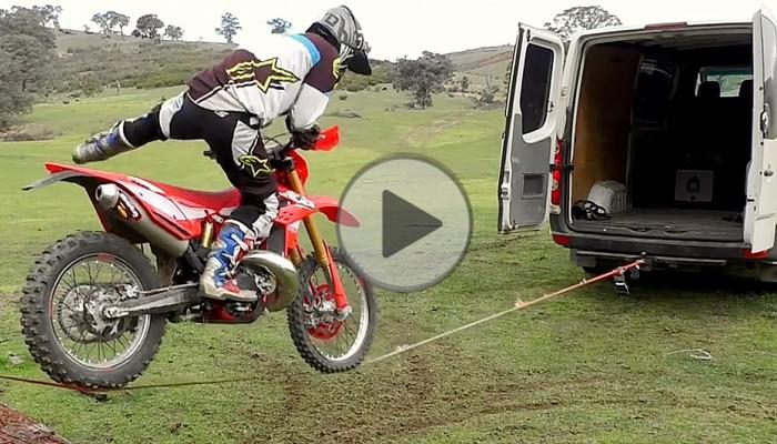 Slackline w wersji motocross - mistrzowskie parkowanie motocykla