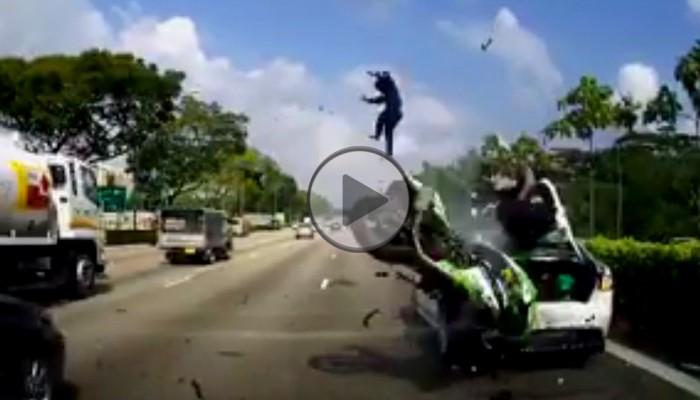 Stojące na prawym pasie auto zaskoczyło motocyklistę