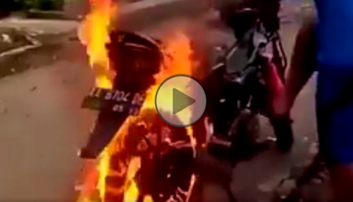 Jak zgasić płonący skuter? Nigdy byście na to nie wpadli!
