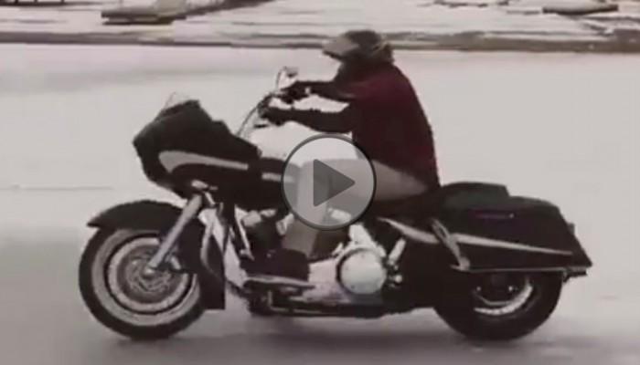 Harley na sniegu z