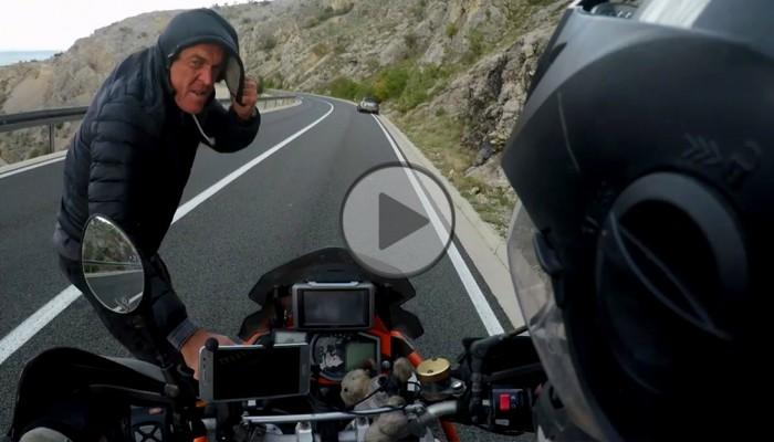 motocyklista przegrywa z wiatrem z