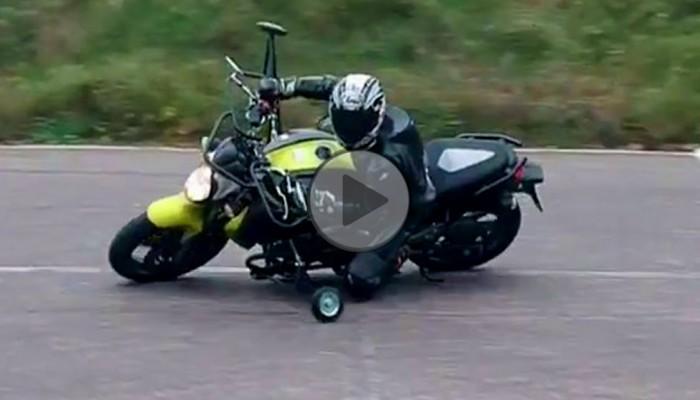 Slide Bike, czyli jazda motocyklem z bocznymi kółkami