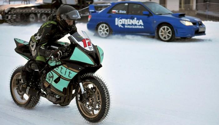 Ogniem po śniegu. R-szóstka walczy z Subaru na zaśnieżonym stoku [RELACJA]