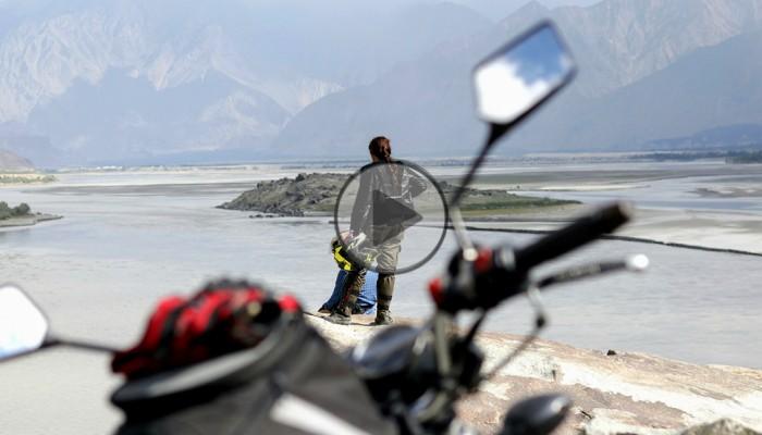 Hołd dla ojca, inspiracja dla pokoleń. Samotna Pakistanka w cudownej podróży po świecie [FILM]