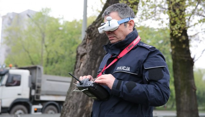 Policjant sterujacy dronem z