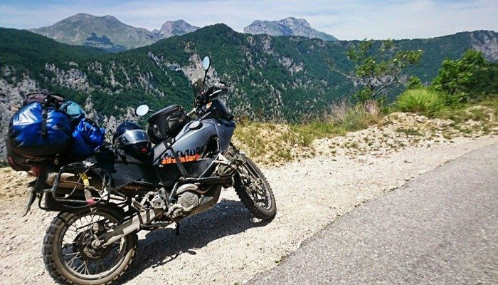 O górach, drodze w chmurach i o kłopocie w błocie. Epicka opowieść o motocyklowej podróży [FILM]