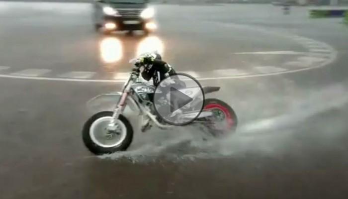 Na kolano i ogniem, czyli siedmiolatka rozwala system techniką jazdy [FILM]