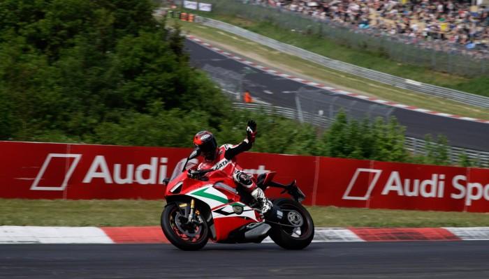 Carlos Checa zamienił motocykl na auto... i znów wygrywa!