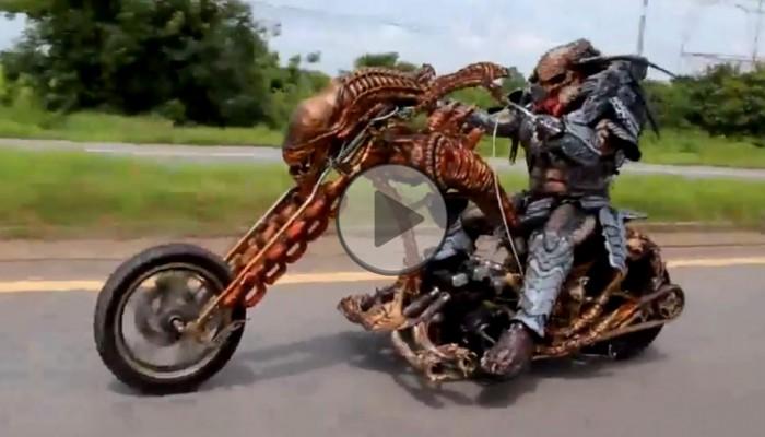 predator na motocyklu z